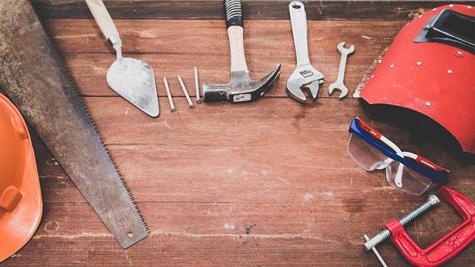 hamer en zaag op werkbank